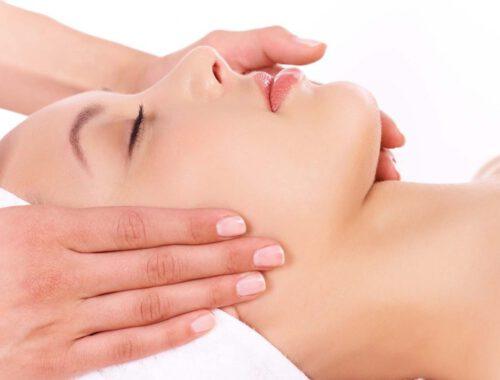 masaż limfatyczny wykonywany na twarzy
